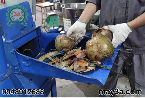 Kỹ thuật viên băm vỏ dừa khô bằng Máy băm ván bóc, vỏ dừa, gỗ tạp 3A22Kw