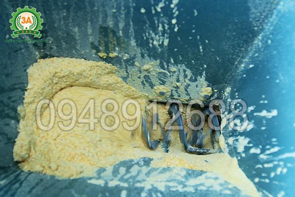 Đáy phễu cấp liệu của Máy ép cám viên nổi 3A15Kw có một trục đảo trộn nhỏ giúp đảo tơi và trộn đều nguyên liệu trước khi xuống đầu ép