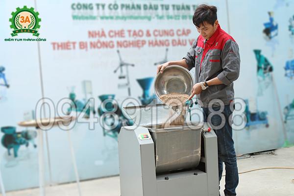 Kỹ thuật viên sử dụng máy trộn ướt bột thuốc Đông y 3A