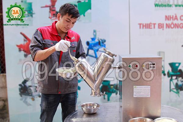 Kĩ thuật viên sử dụng máy trộn bột thuốc khô V3A