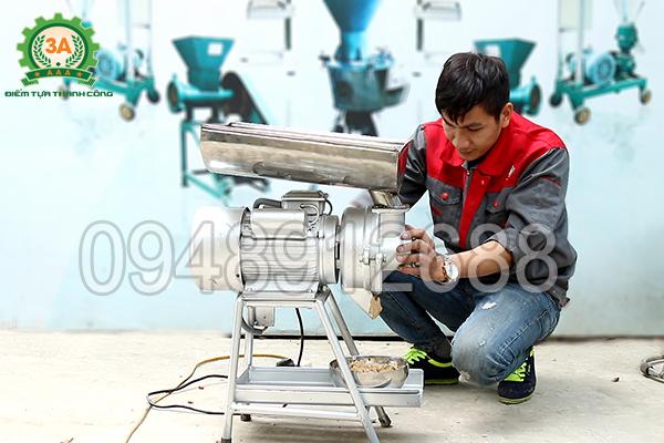 Kĩ thuật viên đang sử dụng máy nghiền nhuyễn lạc, vừng 3A3Kw
