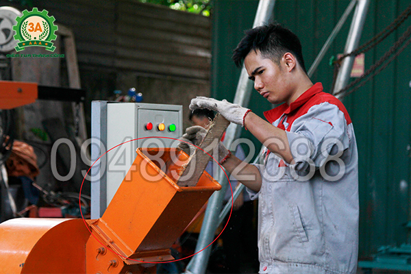 Độ cao phễu nạp của Máy băm nghiền cây gỗ 3A15Kw phù hợp với người sử dụng