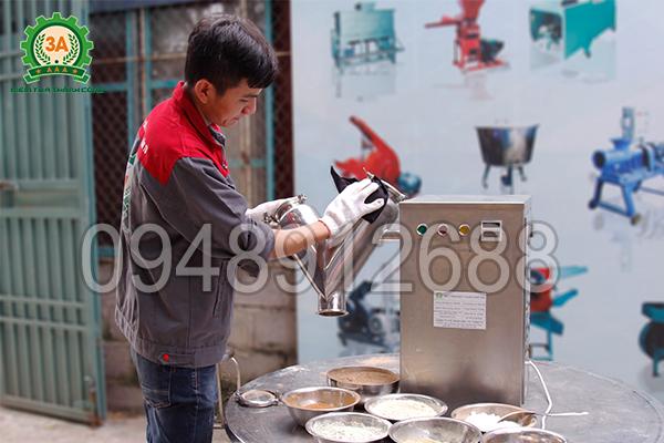 Máy được làm bằng chất liệu inox 304