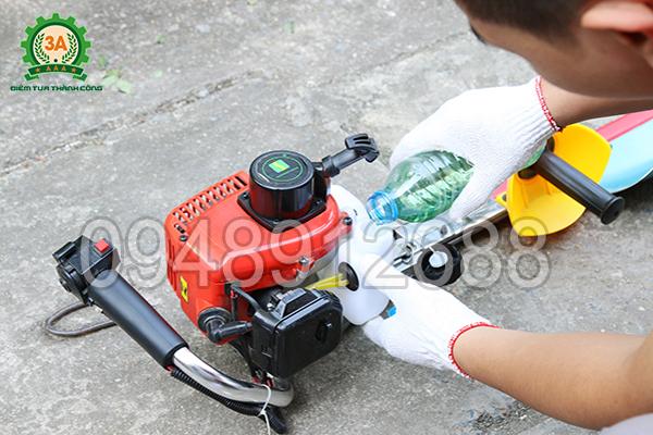 Vận hành máy cắt hàng rào chạy xăng 3A: Cấp nhiên liệu