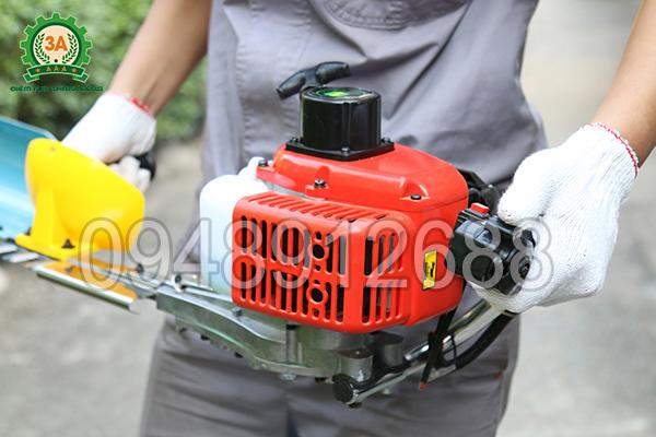 Vận hành máy cắt hàng rào chạy xăng 3A: Điều chỉnh cần ga
