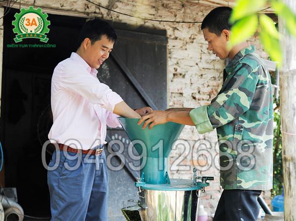 Nhà sáng chế Nguyễn Hải Châu hướng dẫn bà con sử dụng máy chế biến thức ăn chăn nuôi 3A2,2Kw 3 pha (kiểu phễu tròn)