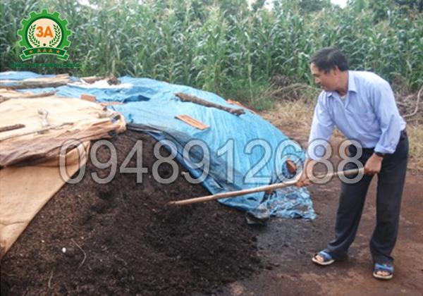 Cách làm phân hữu cơ từ xơ dừa: Thường xuyên kiểm tra đống ủ