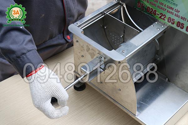 Thanh đẩy nguyên liệu của Dụng cụ thái lát rau củ quả inox 3A