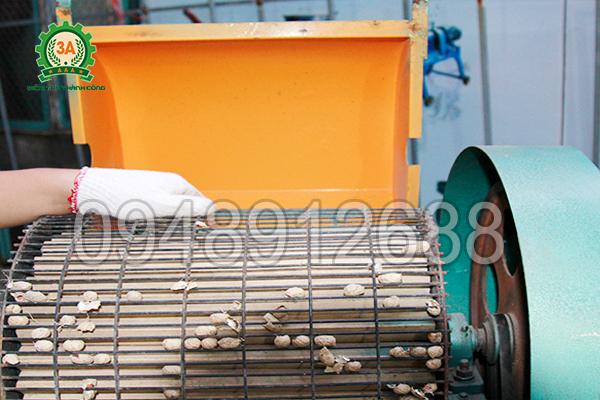 Khung sàng của Máy tách hạt lạc khô 3A3Kw có chức năng ép sát củ lạc vào lô gỗ để tách vỏ