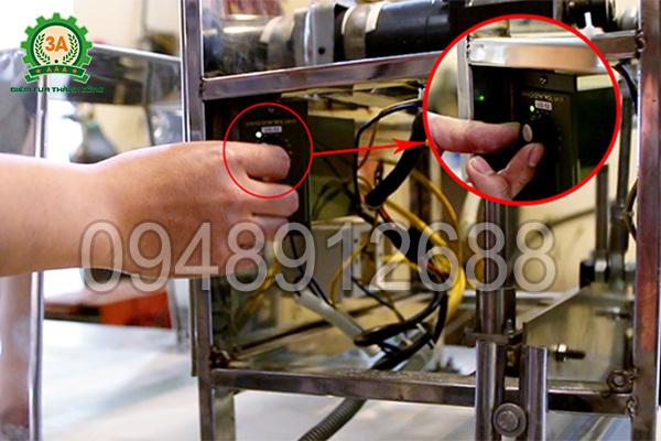 Nút điều chỉnh tốc độ cắt của dao cắt Máy thái quẩy 3A