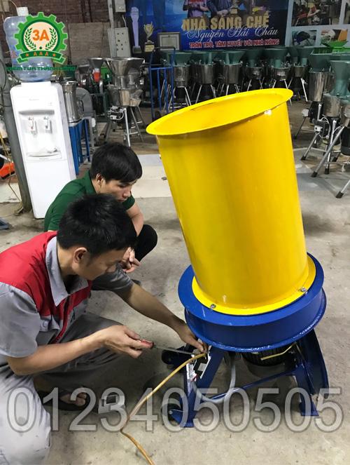 Kĩ thuật viên lắp đặt máy băm rơm, xơ dừa, cỏ voi kiểu ống tròn 3A3Kw cho anh Thạnh