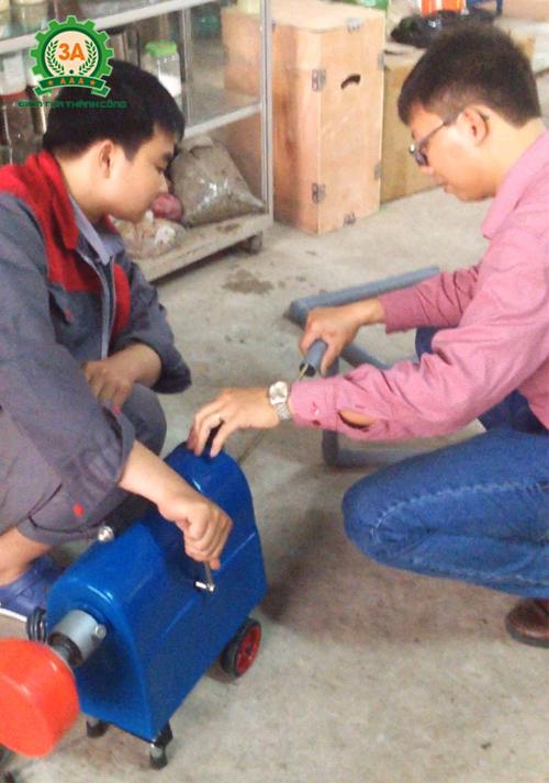 Kỹ thuật viên của Công ty đang hướng dẫn người mua cách sử dụng máy thông cống 3A GQ150