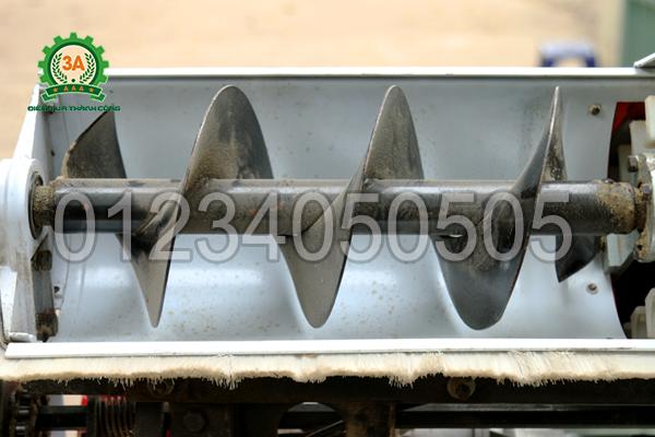 Đầu thu nguyên liệu của máy hút thóc đóng bao 3A có dạng cánh vít
