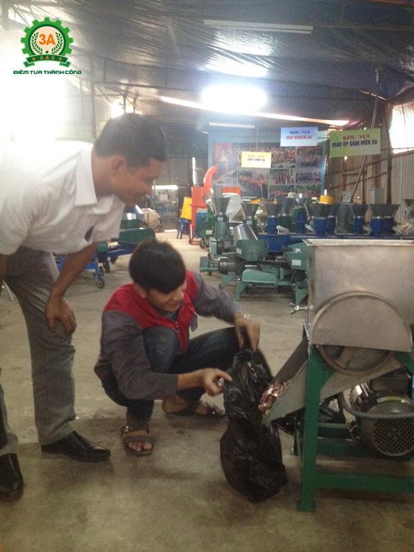 Kỹ thuật viên của Công ty CPĐT Tuấn Tú chạy thử máy cắt thái cá cho chú Thuần