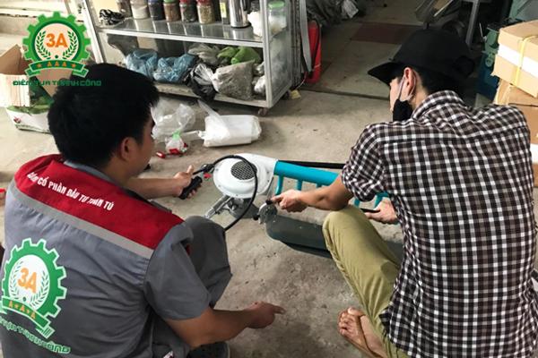 Anh Vũ Chí Công quyết định áp dụng hái chè bằng máy