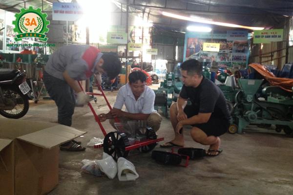 Anh Tuyên trong khi chờ kỹ thuật viên của công ty lắp ráp dụng cụ gieo hạt hai hàng 3A