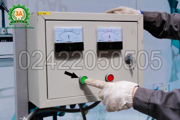 Máy ép gỗ viên 3A7,5Kw có một tủ điện, sử dụng aptomat thông qua rơ le nhiệt