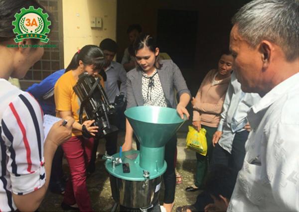 Người dân sử dụng máy chế biến thức ăn chăn nuôi 3A2,2Kw