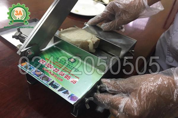 Dụng cụ thái thịt đông lạnh 3A có 2 tấm ngăn giúp cố định nguyên liệu dễ dàng