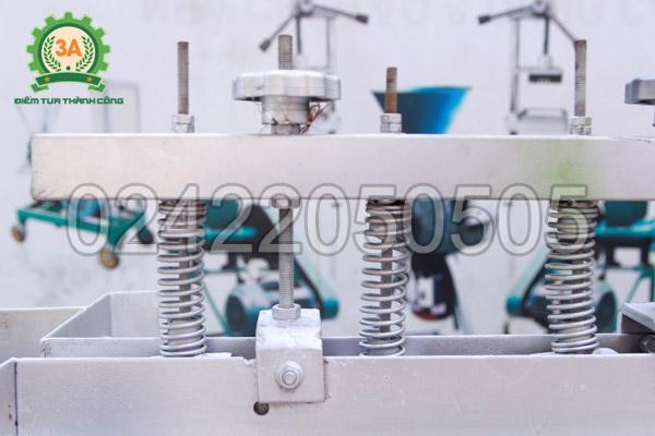 Hệ thống lò xo của Máy tách vỏ xanh mắc ca 3A