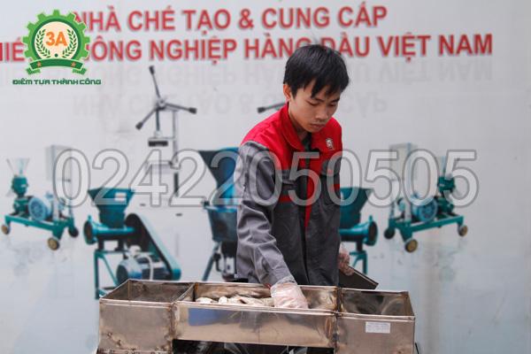Kỹ thuật viên sử dụng Máy thái cá 2 đầu cắt 3A4Kw