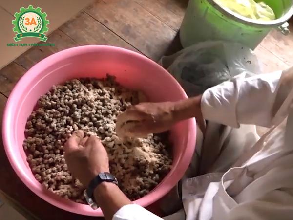 Nuôi lươn trong can nhựa: Phối trộn thức ăn cho lươn