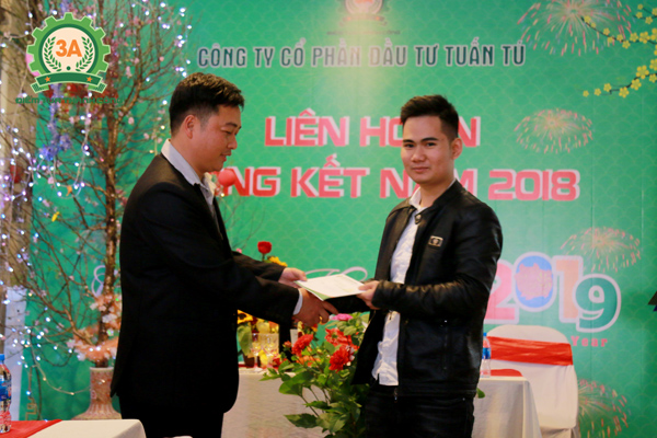 Ban lãnh đạo khen thưởng nhân viên (02)