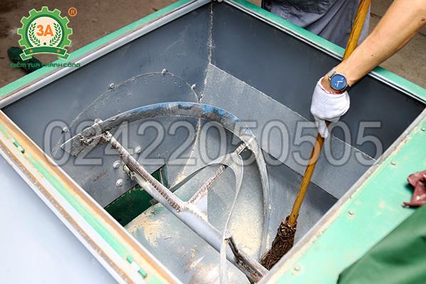 Vệ sinh thùng trộn của máy nghiền trộn thức ăn chăn nuôi 3A