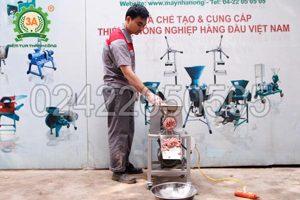 Kỹ thuật viên sử dụng Máy xay thịt cá inox 3A1,5Kw