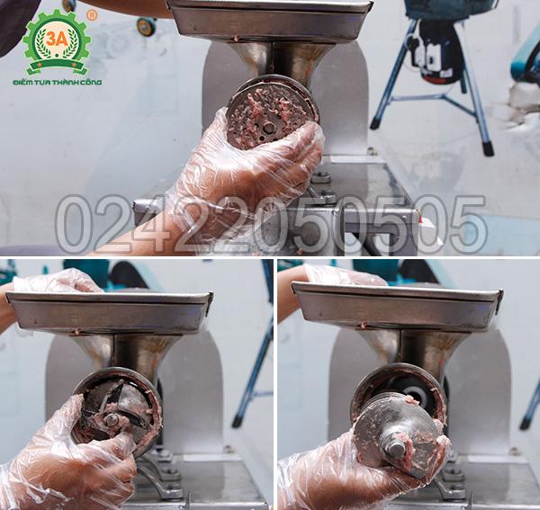 Tháo các bộ phận của đầu nghiền của máy xay thịt cá inox 3A1,5Kw