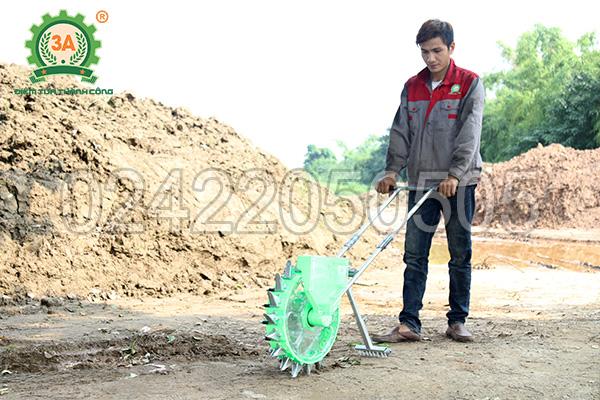 Máy gieo hạt 3A lắp bộ phận lấp đất