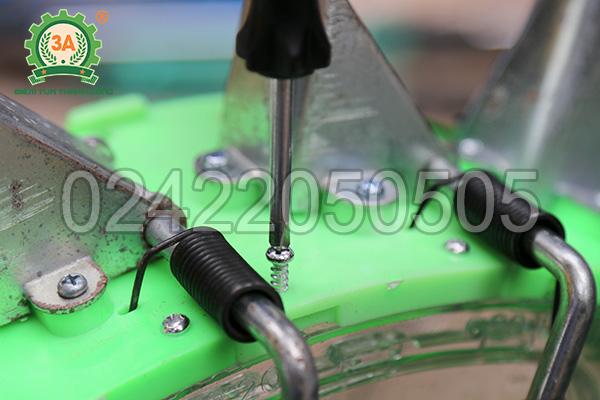 Điều chỉnh khoảng cách giữa các hạt gieo cho máy gieo hạt 3A (01)