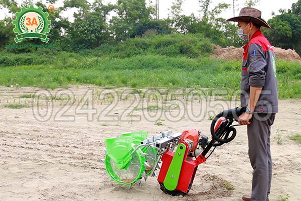 Kỹ thuật viên sử dụng máy gieo hạt đa năng 3A