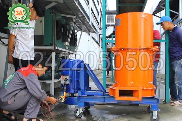 Kỹ thuật viên 3A lắp đặt máy nghiền rác hữu cơ 3A11Kw tại Công ty BSB