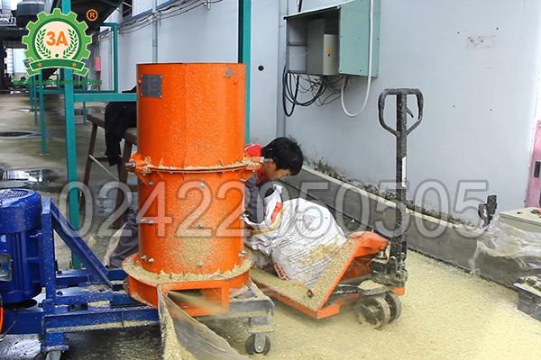 Tiến hành băm vỏ và cùi ngô với máy nghiền rác hữu cơ 3A11Kw