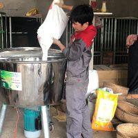 Sử dụng máy trộn thức ăn chăn nuôi 3A3Kw 220V để phối trộn thức ăn cho gà chọi