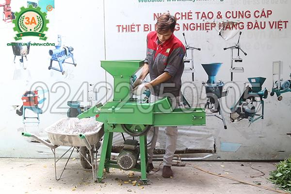 Kỹ thuật viên sử dụng máy băm cỏ, băm rau củ 3A3Kw