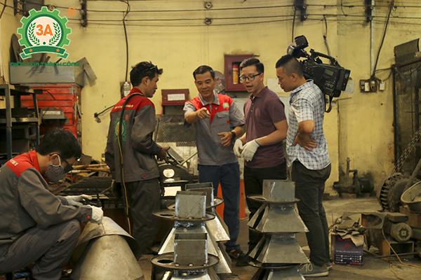 Ảnh : Anh Nguyễn Hải Châu – Chủ tịch HĐQT CTCPĐT (giữa) Tuấn Tú trao đổi cùng phóng viên VTV về quá trình sản xuất.