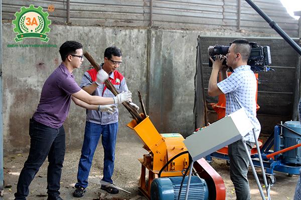 Ảnh : Anh Nguyễn Hải Châu (phải) vận hành Máy băm nghiền cây gỗ 3A15Kw