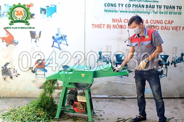 Kỹ thuật viên sử dụng máy băm cỏ đa năng 3A6,5Hp