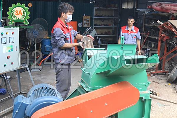 Kỹ thuật viên sử dụng máy băm gỗ 3A55Kw
