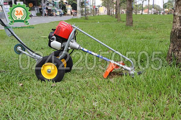 Máy cắt cỏ đẩy tay 3A có 2 bánh xe chính và 1 bánh phụ