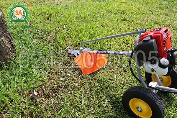 Máy cắt cỏ đẩy tay 3A có thiết kế tấm chắn bảo vệ trước lưỡi cắt
