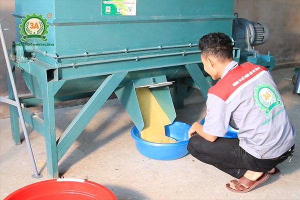 Bàn giao dây chuyền máy ép cám viên 3A tại Mường Toong (13)