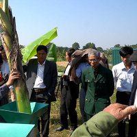 Kỹ thuật viên 3A đang trình diễn máy nông nghiệp 3A với bà con nông dân Thanh Hóa