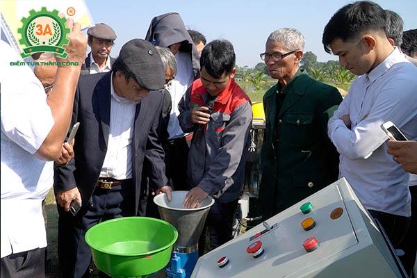 Kỹ thuật viên 3A giới thiệu từng sản phẩm máy nông nghiệp 3A với bà con nông dân Thanh Hóa